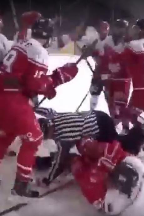 IJshockeywedstrijd Devils Nijmegen mondt uit in flinke matpartij