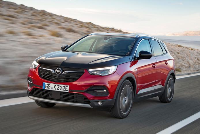 De Opel Grandland X Hybrid4 kan 52 kilometer volledig elektrisch rijden.