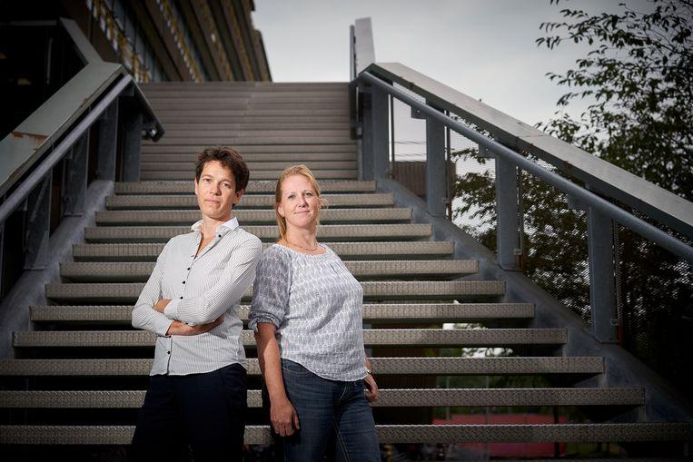 Neelke Doorn (links) en Merle de Kreuk. 'Je moet een stoere, sterke vrouw zijn die tegen een grapje kan.' Beeld Phil Nijhuis