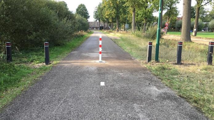 Nuenen heeft tijdelijke een paal geplaatst tegen autoverkeer op fietspad langs de Broekdijk.
