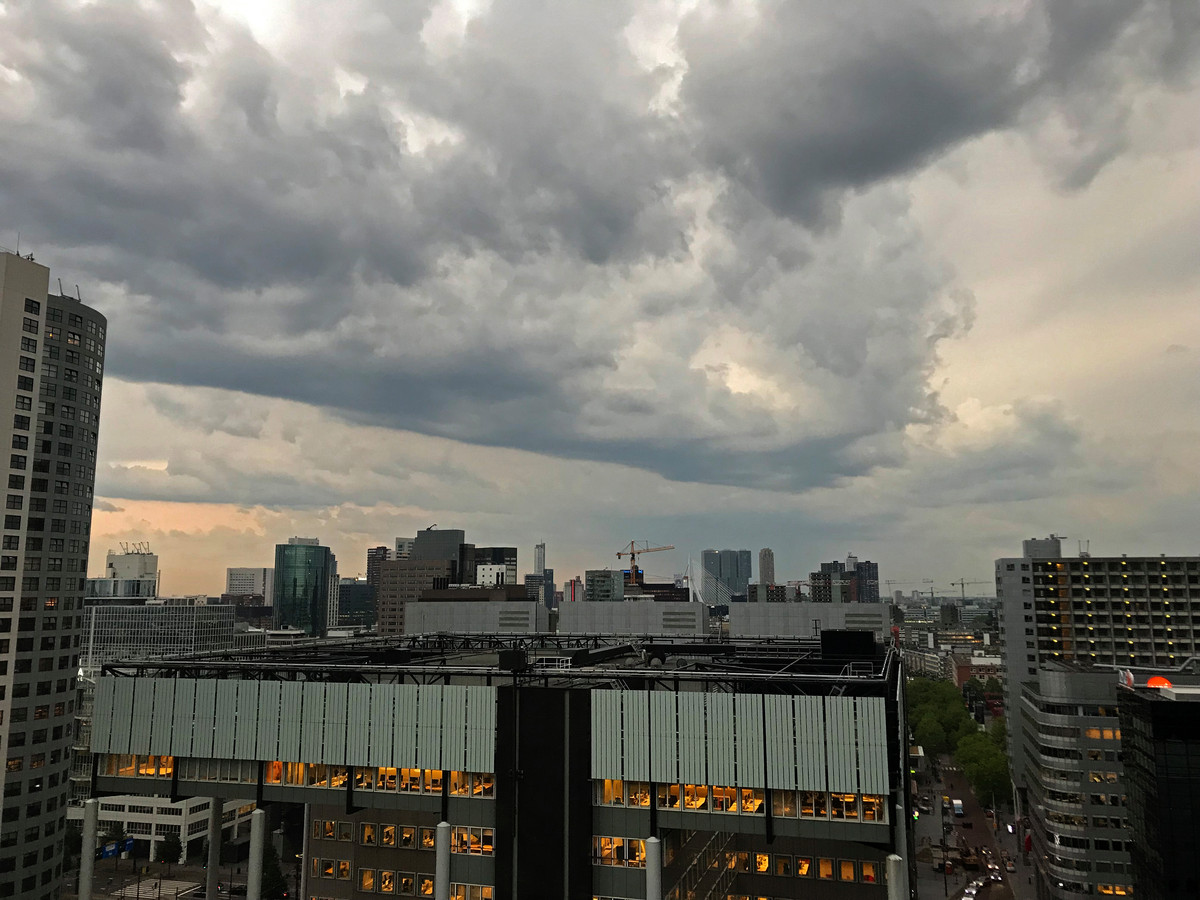 Donkere wolken boven het centrum van Rotterdam