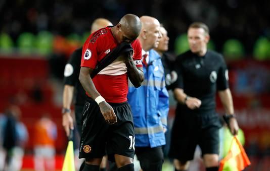 Ashley Young druipt af na de nederlaag van Manchester United in de derby.