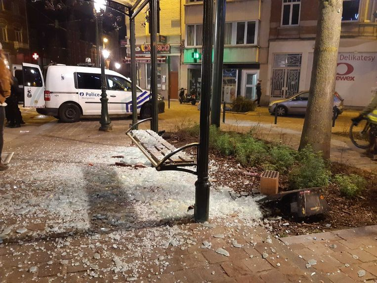 Op het Sint-Antoonplein in Etterbeek werden onder andere bushokjes vernield.