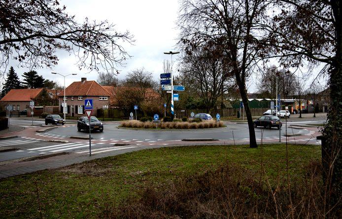 De plek waar in Deurne een Aldi zou moeten verrijzen. Met links de boerderij en rechts bloemenwinkel van Deursen.