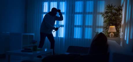 Gewiekste crimineel breekt kleedkamers en kluisjes open om huis slachtoffers in te sluipen