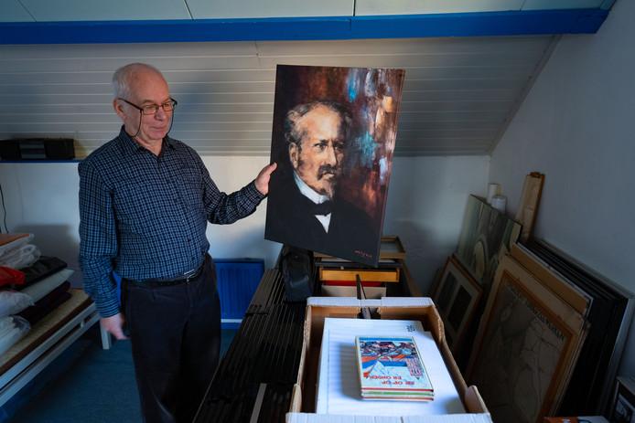 Ed Voigt met een deel van zijn collectie, in zijn hand een portret van Cornelis Lely.