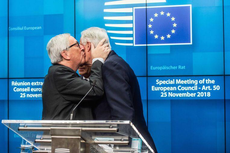 Brexit-onderhandelaar Michel Barnier  en Europees Commissievoorzitter Jean-Claude Juncker tijdens een speciale top in Brussel over de Brexit.  Beeld null