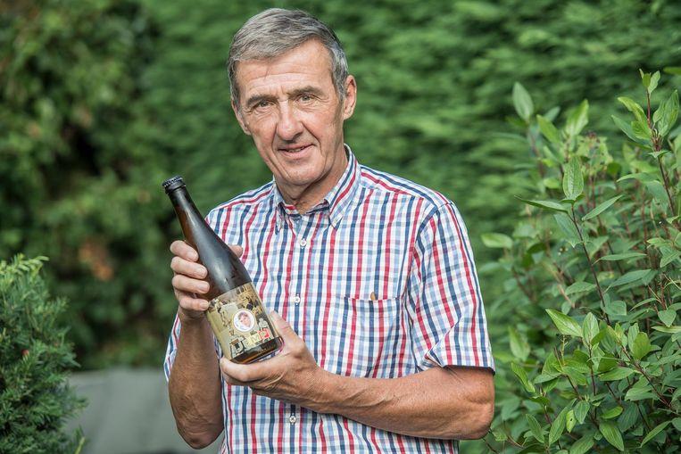 Rino Vandromme, voorzitter van vzw De Mandelzonen, met het biertje .
