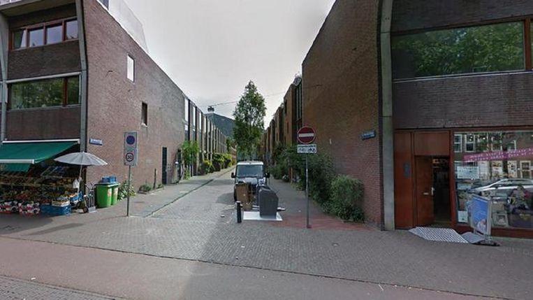Familieleden van het slachtoffer vonden diens lichaam in de woning in de C.J.K Van Aalststraat in Zeeburg. Beeld Google Street View