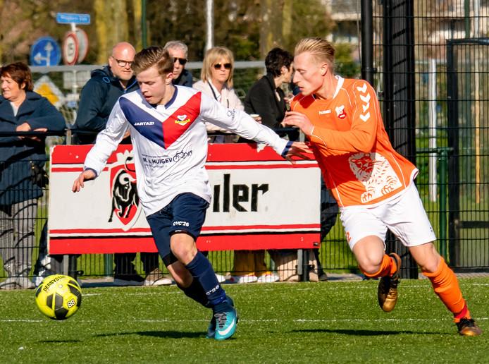 Ook fotografen zijn tijdens het weekend op pad om foto's van wedstrijden te maken. Hier een duel tussen twee spelers van OVC en ZIGO in Tilburg. Foto Jeroen Verhelst/Beeld Werkt