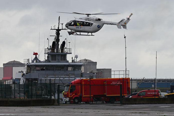 Een helikopter van de Franse marine is ingezet bij de reddingsactie voor de kust van Duinkerke.