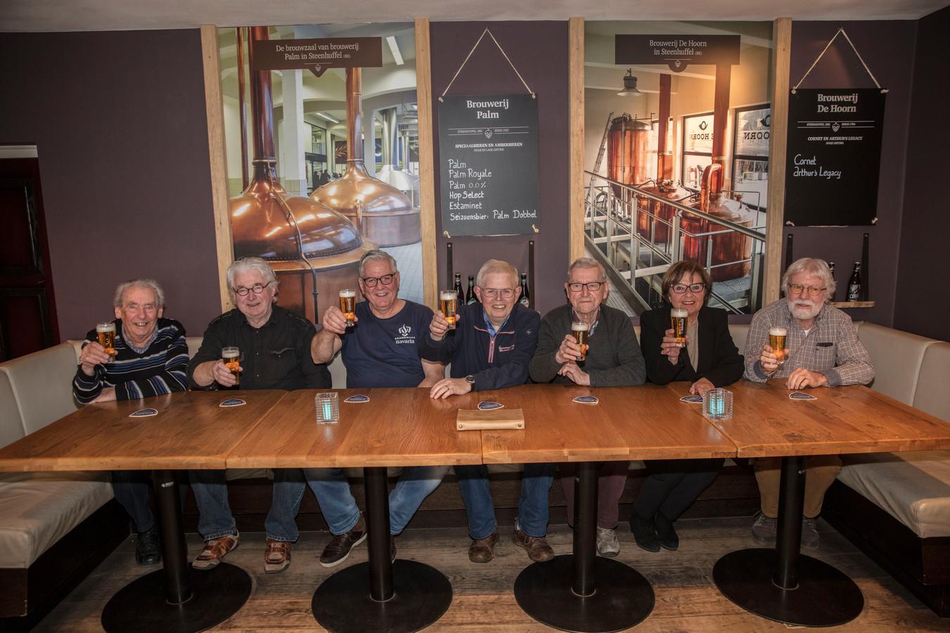 Noud Maas, Arnold Bevers, Piet Daniëls, Henk van der Zanden, Wim Gilsing, Franka van Venrooij en Harry Lanen (vlnr) in het Bavaria Brouwerij Café.