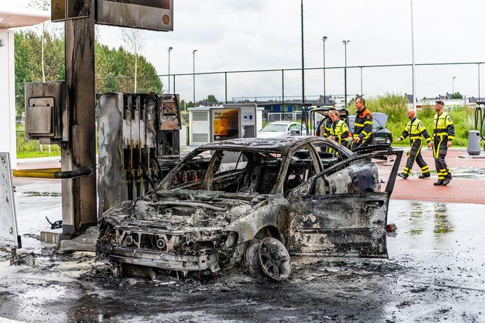 Auto vliegt in brand bij Shell tankstation in Tilburg.
