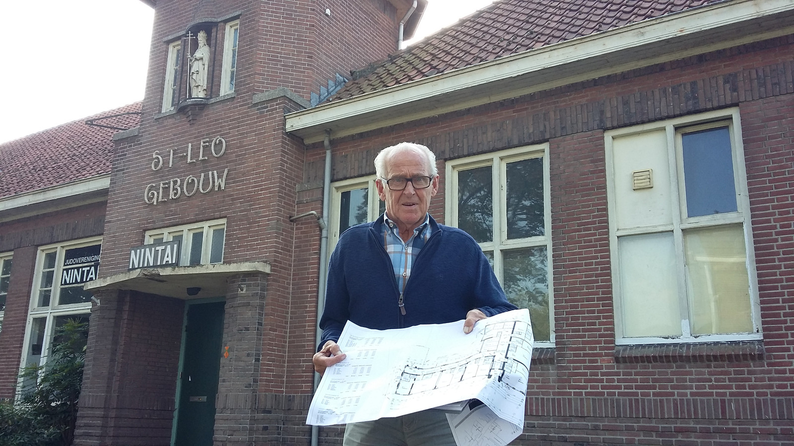 Sjef Verschure bij het monumentale Leogebouw in Raamsdonk.
