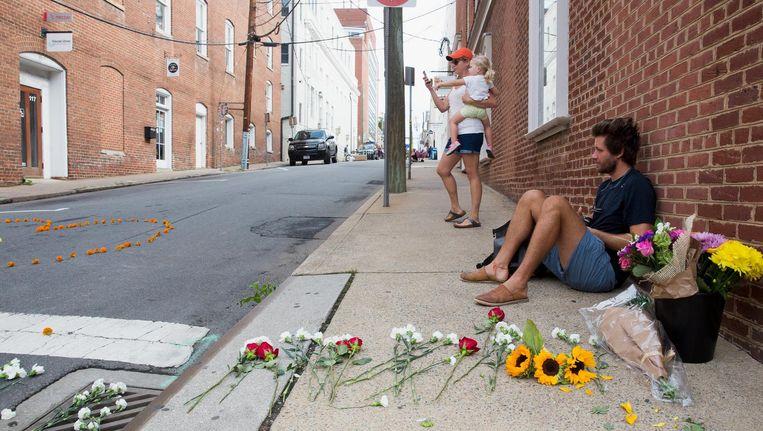 De hoek van Fourth Street en Walter Street in Charlottesville, waar een 20-jarige man op het publiek inreed, is ingericht als herdenkingsplaats. Beeld epa