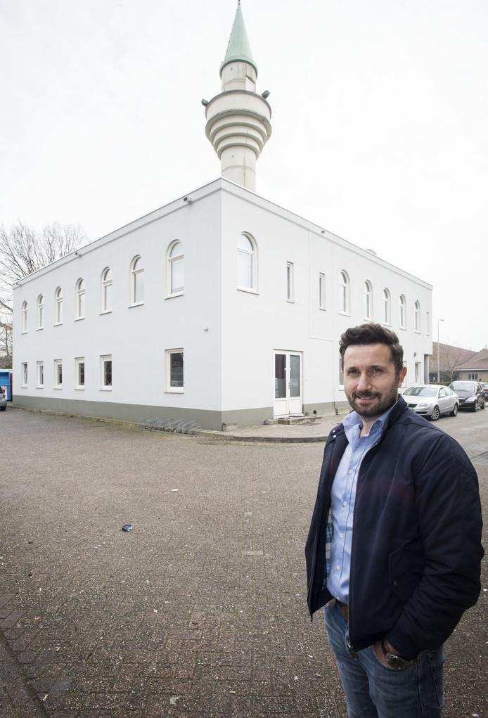 Woordvoerder Hasan Deniz van de Ertugrul Gazi-moskee bij de  nieuwbouw bij de Moskee aan de Blankenburgerstraat. De uitbreiding is volledig in de stijl van het oorspronkelijke gebouw.