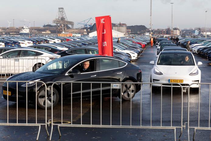 File om van het parkeertterrein van Tesla af te komen. Gisteren kregen 800 eigenaren de sleutel van het Tesla Model 3, een auto van minimaal 50 mille. Maar van enige service van de Amerikaanse fabrikant was geen sprake, klagen de trotse eigenaren.