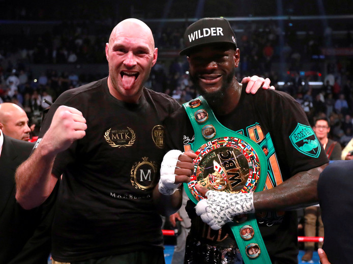 Deontay Wilder (r) en Tyson Fury kunnen allebei lachen na hun onbesliste gevecht van vorige week.