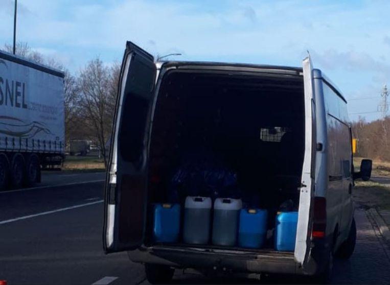 Het busje vol met 'chemische troep' aldus de Nederlandse politie op Twitter.