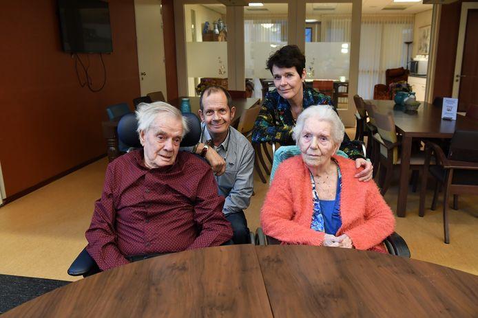 Twee mensen, William Heijnen (63) en Ine van Aalpen (64) hebben elkaar leren kennen in het verzorgingstehuis waar hun moeder Luce van Drunen (92) en vader Walter Heijnen (87) zit. Met z'n vieren op de foto in het verzorgingstehuis.