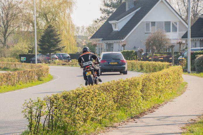 De aanwonenden van Rietveld in Woerden willen een veiligere weg voor hun deur.