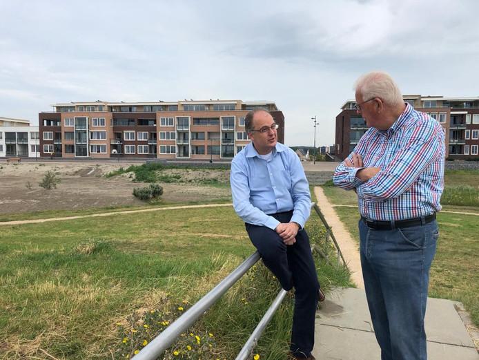 Projectontwikkelaar Léon Jobse in gesprek met wijkbewoner Rob van den Houten. Op de achtergrond de boulevard.
