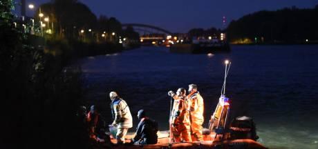 Utrechtse brandweer vist gedumpte jerrycans met benzine uit kanaal