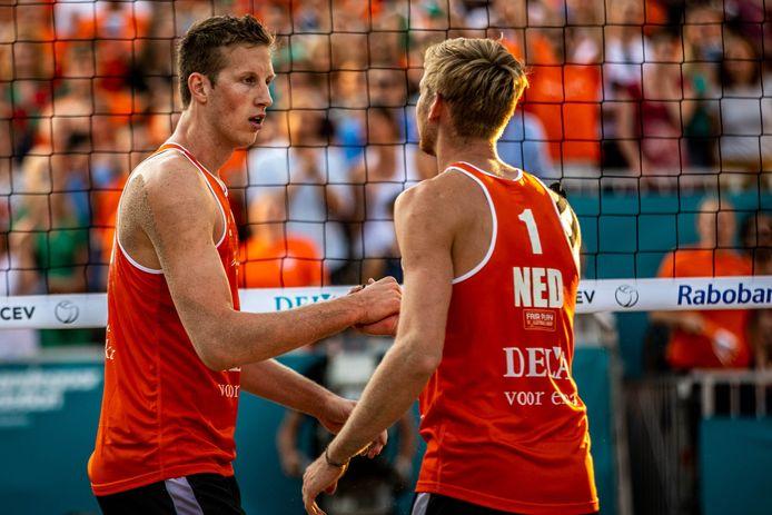 Christiaan Varenhorst (links) met zijn voormalig partner Jasper Bouter tijdens het EK Beachvolleybal in Utrecht.