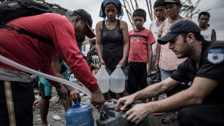 Mensen in de rij voor water. Beeld afp