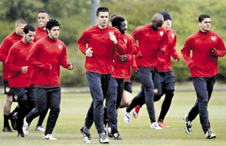 Van Persie leidt de groep tijdens de training van Arsenal. ( FOTO REUTERS) Beeld