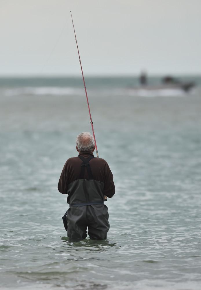 Sportvissers voor het Badstrand in Westkapelle  Foto Ruben Oreel
