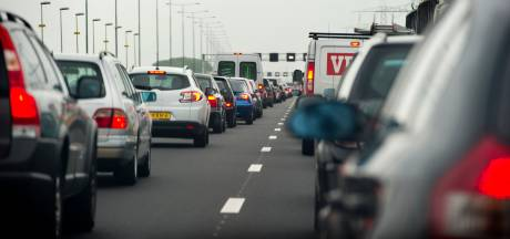 A27 bij Werkendam weer open na botsing vrachtwagen met gevaarlijke stoffen