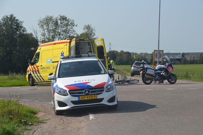 Hulpdiensten bij Deest na de aanrijding.