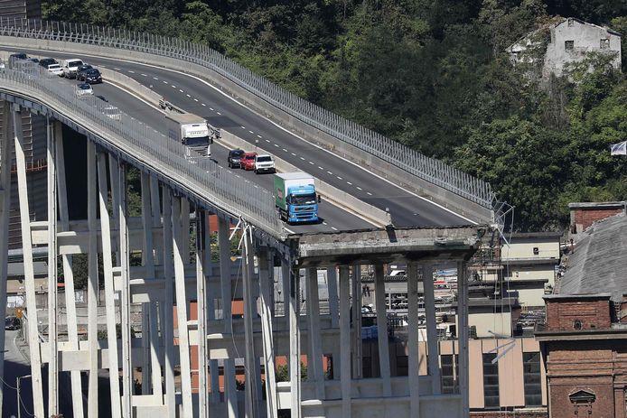 Augustus 2018: verlaten auto's en vrachtwagens staan op het niet-ingestorte deel van de oude brug.