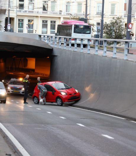 Het is weer raak in Arnhemse 'brokkentunnel': Auto botst tegen betonnen wand