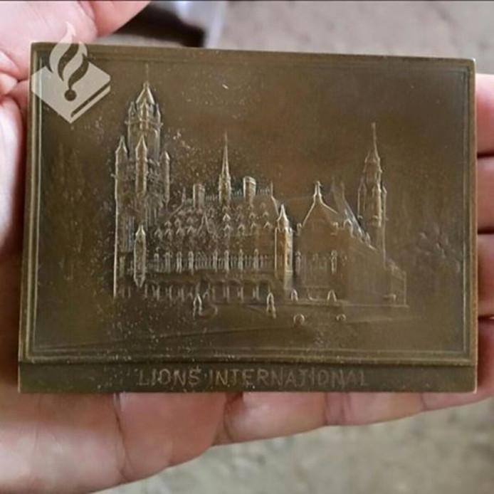De medaille waarvan de politie de eigenaar zoekt.