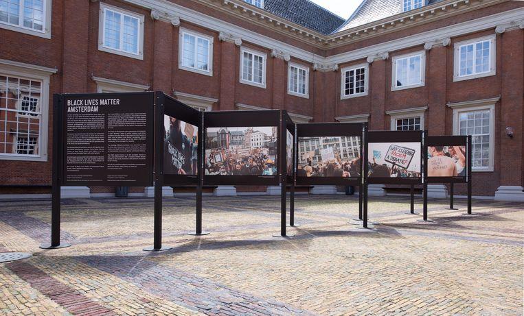 De expositie op de binnenplaats van het Amsterdam Museum. Beeld Monique Vermeulen, Amsterdam Museum