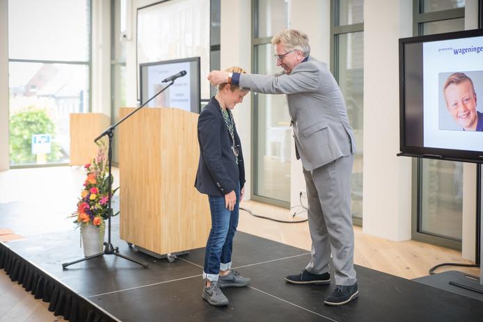 Mats van Leersum ontvangt de ambtsketen van burgemeester Geert van Rumond.