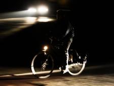 Studenten krijgen les in fietsreparatie