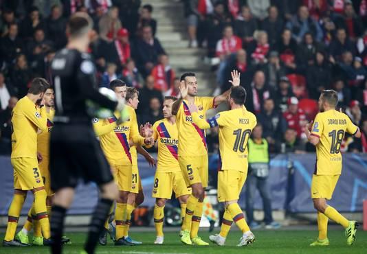 Barça-spelers vieren de eigen goal van Slavia.
