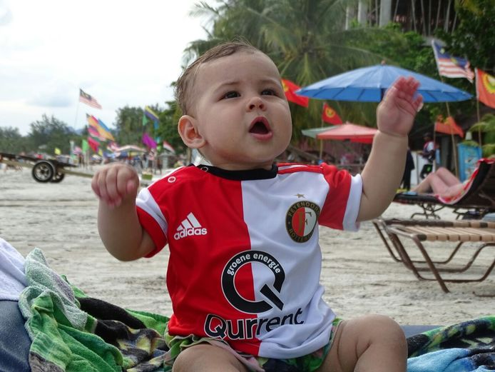De 11 maanden oude Maesy de Bruin is met haar ouders op rondreis door Maleisië. Ondanks de beperkte bagage is er altijd plek voor het Feyenoordtenue van dit kameraadje.