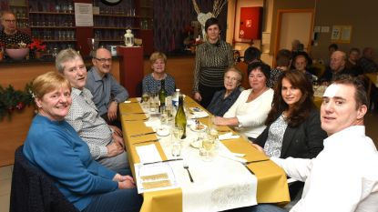 Senioren dineren met familie in De Zwaluw