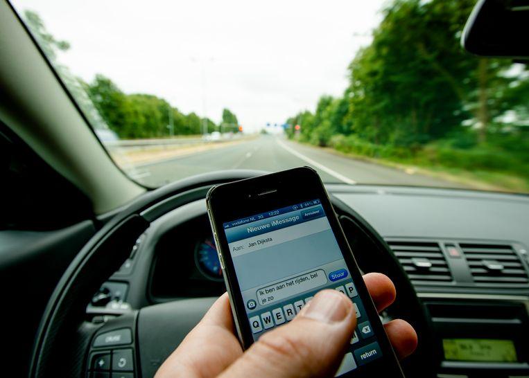 Beeld ter illustratie - In de politiezone Assenede-Evergem kregen vorig jaar 399 bestuurders een bekeuring omdat ze de gsm gebruikten achter het stuur.
