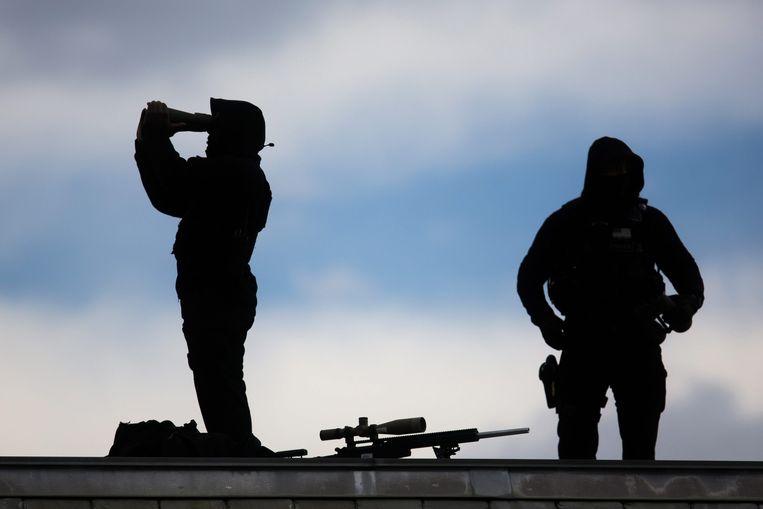 Scherpschutters van de Secret Service houden op het dak van het Witte Huis de omgeving in de gaten. De dienst beschikt sinds 1971 over deze speciale eenheid. Beeld EPA