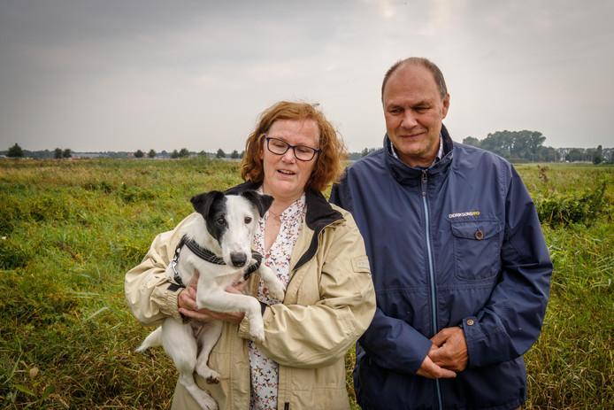 Jos Hellenthal en Astrid de Gelder op de plek waar het dierencrematorium moet komen.