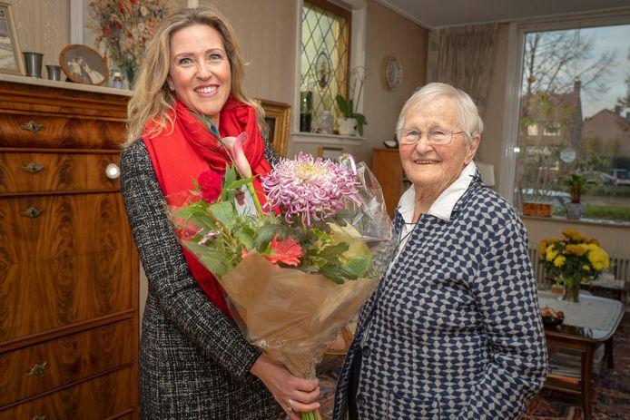Het 'meisje' Ilona Nederlof (41) ging woensdag met een bos bloemen op bezoek bij de 96-jarige Suzanne Poll, die op 10 oktober ten val kwam in Alblasserdam. ,,Ik vond dat briefje zó lief dat ik wel moest antwoorden.''