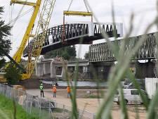 Veel belangstelling voor inhijsen fietsbrug tussen Cuijk en Mook