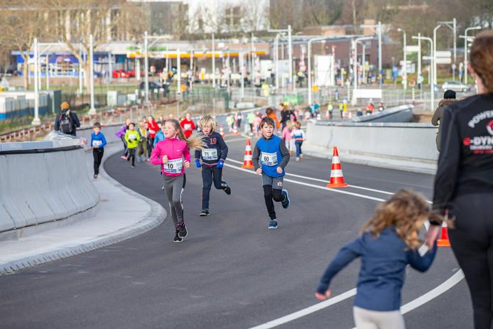Tientallen kinderen deden zaterdagochtend mee aan de busbrugloop in Zwolle.