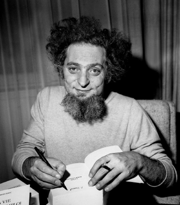 Perec signeert zijn bekendste roman ¿ La Vie mode d¿emploi¿ (¿Het leven, een gebruiksaanwijzing¿). (FOTO HH ) Beeld Rue des Archives/Hollandse Hoogt