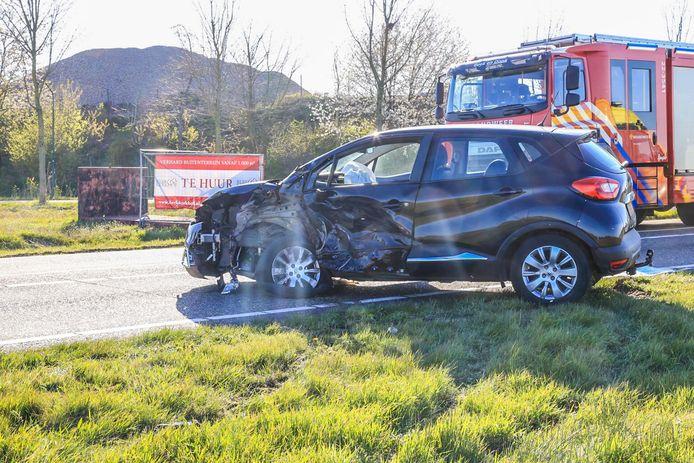 Ongeluk in Beek en Donk: een vrachtwagen komt zaterdag in botsing met een personenauto.